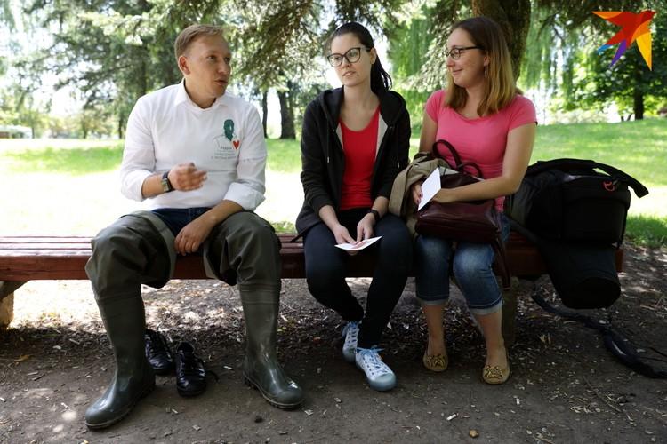 Политик пообщался с выпускницами медуниверситета. Одна из девушек рассказала, что отправит открытки экс-банкиру Виктору Бабарико и блогеру Сергею Тихановскому, которые находятся под стражей.