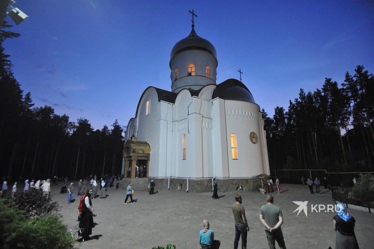Службы проходили и на улице возле Троицкого собора.