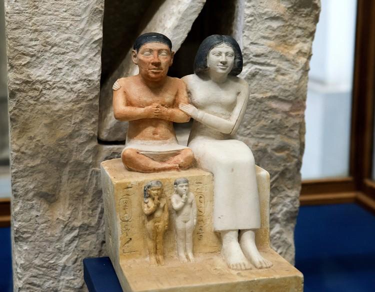 Скульптурная группа придворного карлика Сенеба с женой и детьми. 25 в. до н.э. Каир, Египетский музей. Фото: Виктор Солкин