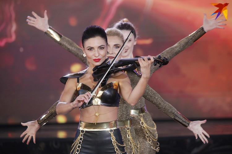 """Сексуальная """"танцующая скрипка"""" Kadi"""