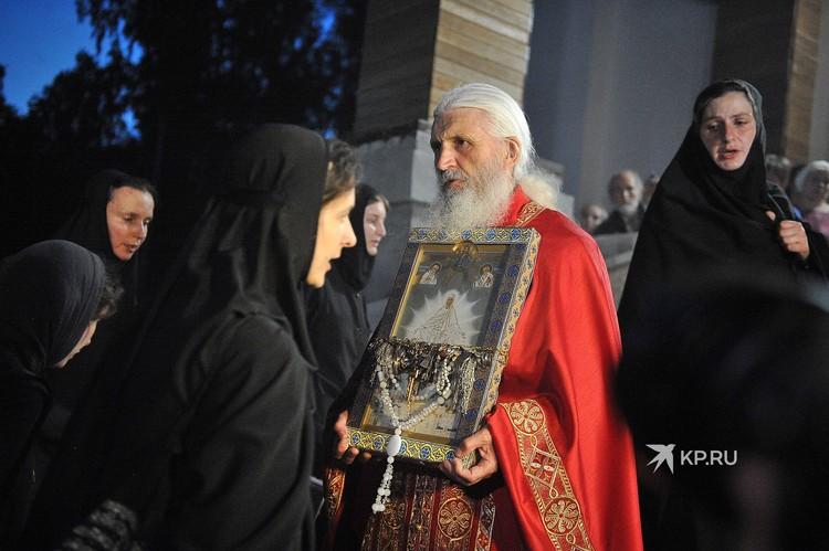 Схиигумен Сергий Романов во время крестного хода.