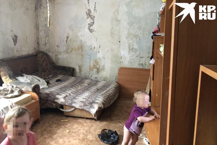 Из-за сырости по стенам расползалась плесень, дети жили в жутких условиях. Фото: Анна ТАЖЕЕВА.
