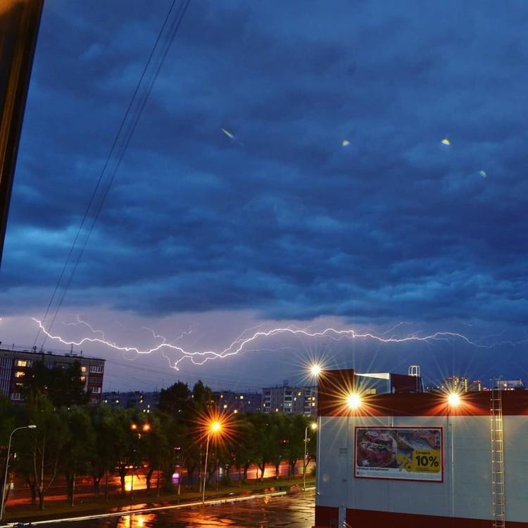 Эту молнию успели «поймать» на улице Братьев Кашириных. Фото: instagram.com/tapac74
