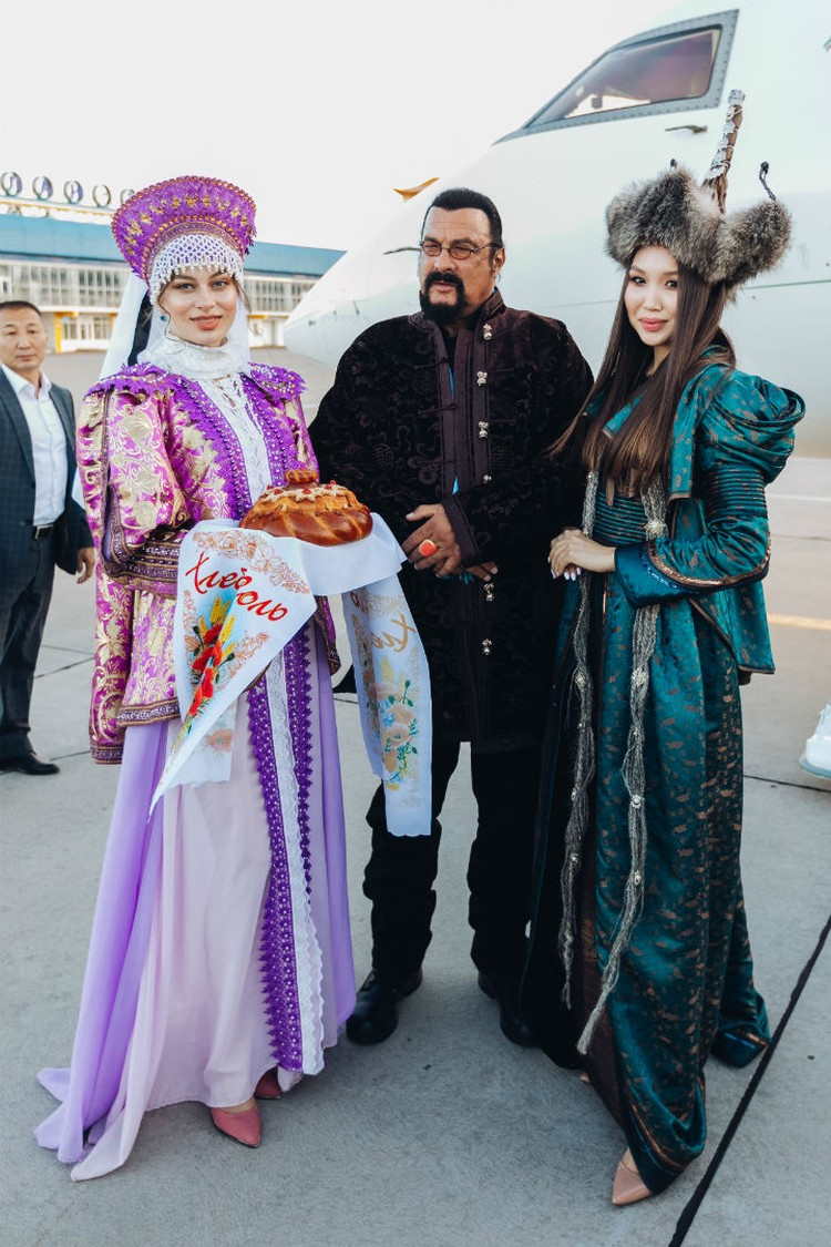 Стивен Сигал и бурятские красавицы. Фото: пресс-служба правительства Бурятии.
