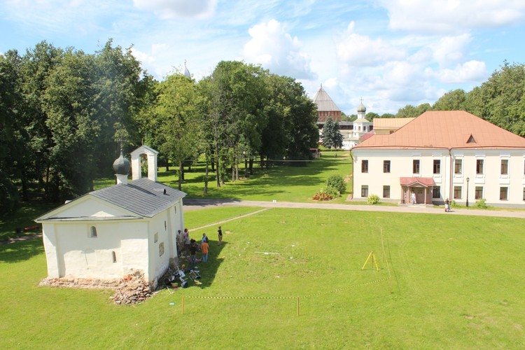 Место раскопок находится у церкви Андрея Стратилата. Фото: пресс-служба ИА РАН