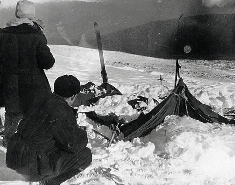 Такой палатку группы Дятлова найдут участники поисковой группы.