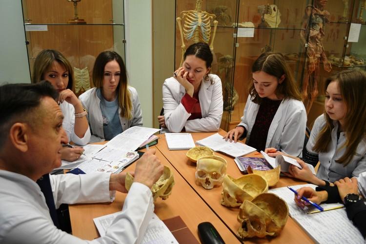На занятиях по анатомии. Фото предоставлено Университетом «Реавиз»/Пресс-служба