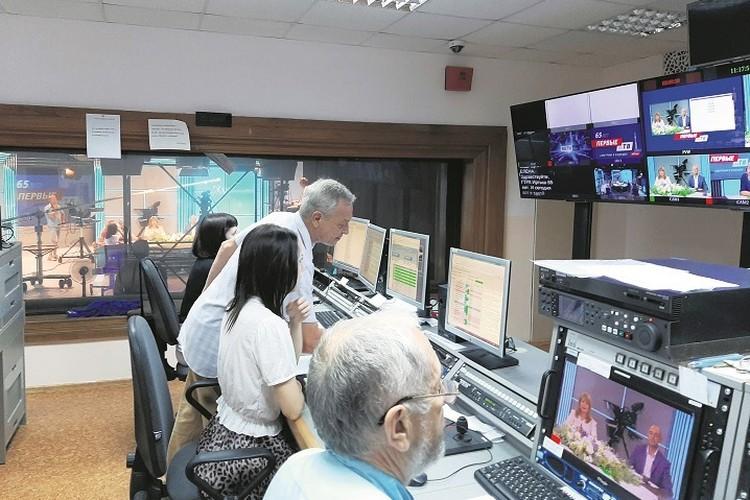 Режиссер из аппаратной управляет съемкой передачи.