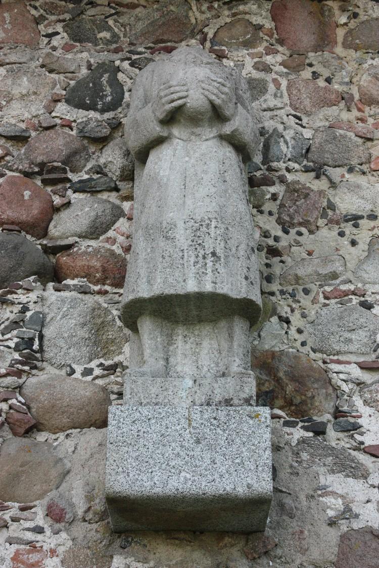 Безголовый памятник посвящен погибшим во время Первой Мировой солдатам.