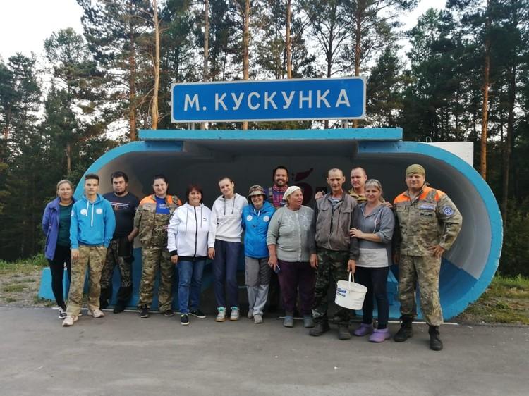 Поисковики вместе с найденным грибником Фото: «Поиск пропавших детей - Красноярск»