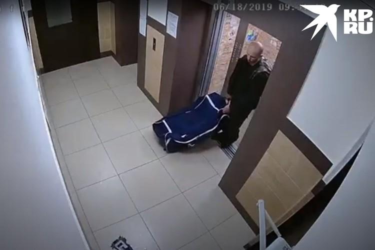 Увидев мужчину с сумкой, едва ли кто-то мог подумать, что внутри - человек. Фото: СУ СКР по Новосибирской области.