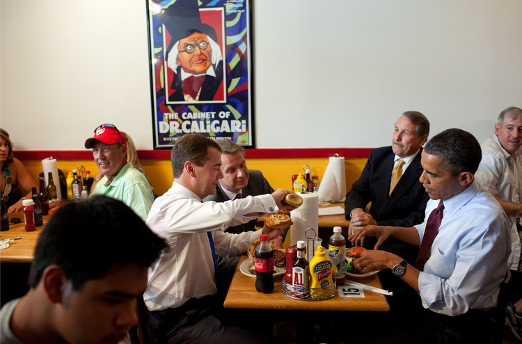 Дмитрий Медведев и Барак Обама угощаются гамбургерами.