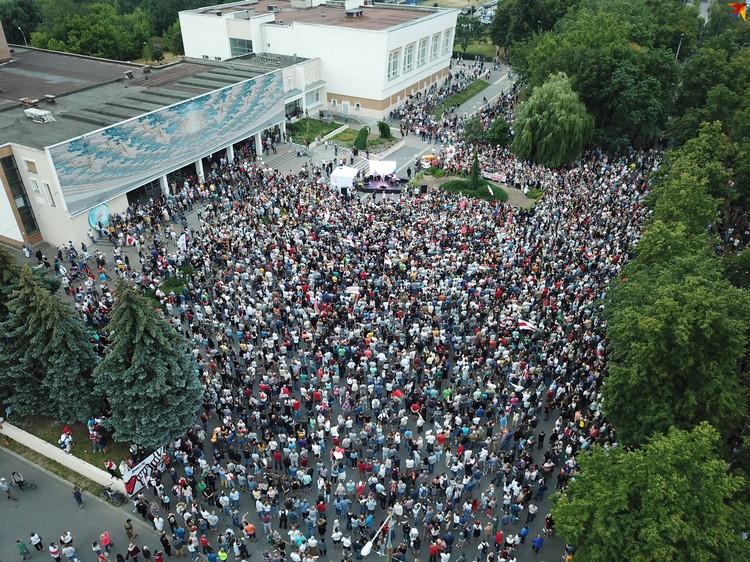 Столько людей собралось в начале пикета, люди все подходили