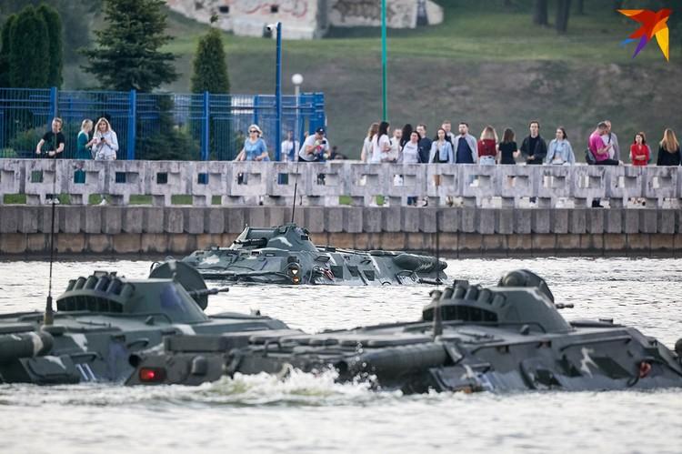 Военная техника переправляется через Свислочь.