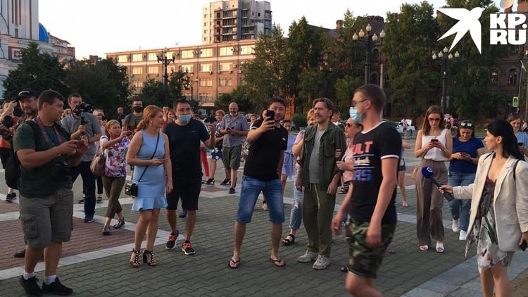 Сергей Шнуров прогулялся по городу, сделал селфи с горожанами.