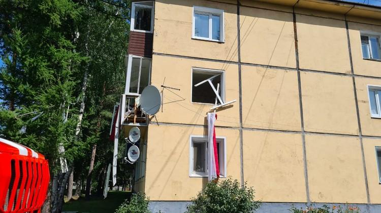 Вынесло два окна и балкон. Фото: ГУ МЧС России по краю