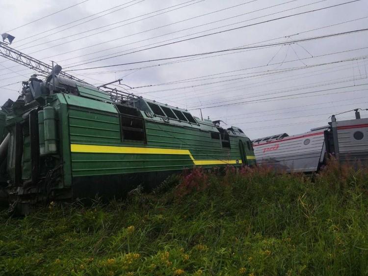 При столкновении поездов сошли три локомотива и вагон Фото: МЧС Петербурга