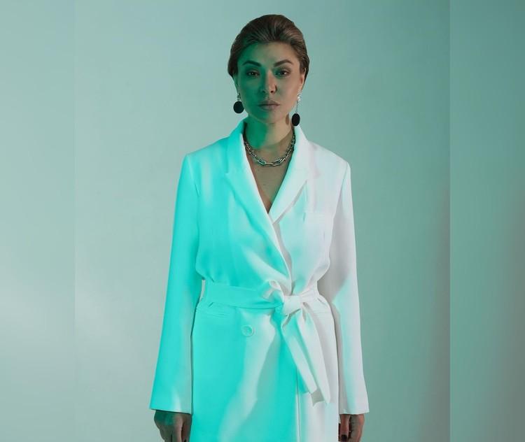 Женственной можно быть не только в платье, но и в брючном костюме. Фото: instagram.com/stilistrostov/