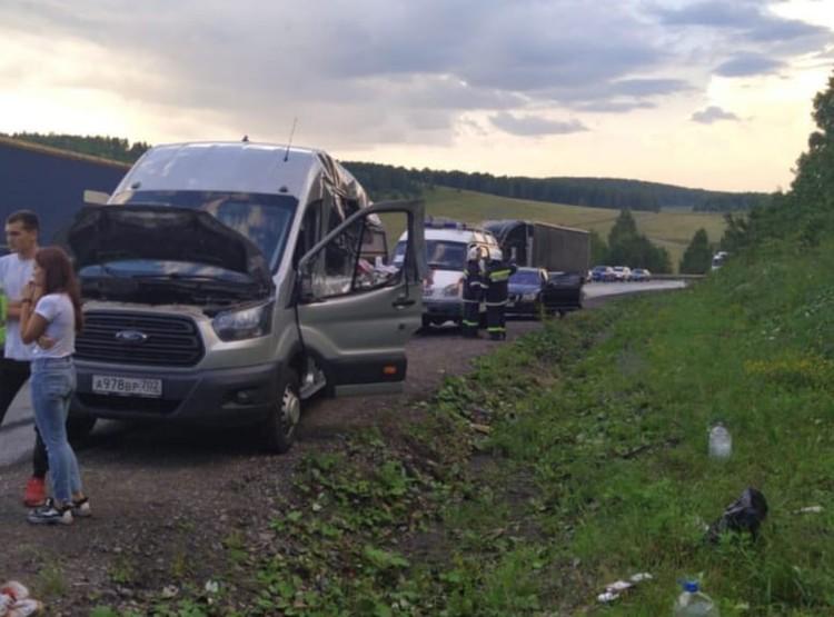 От удара автобус отбросило назад, где он столкнулся с попутным «КамАЗом», перевозившим арматуру.