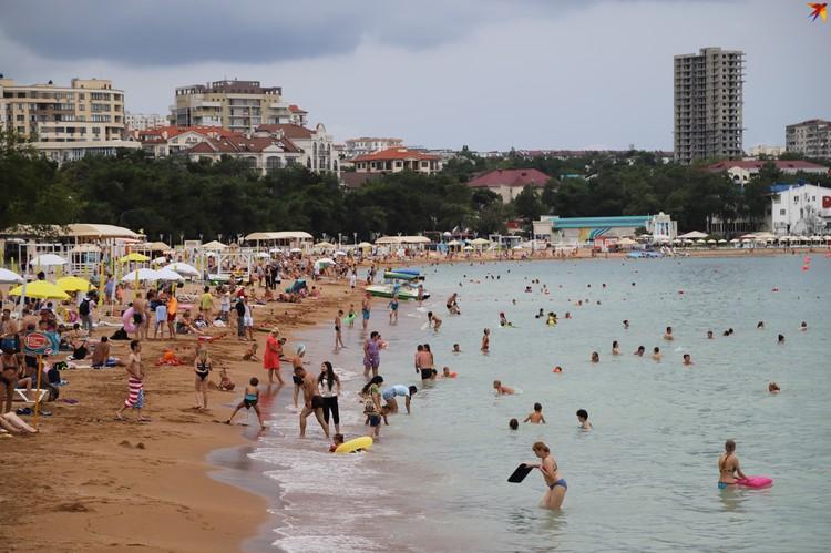 Пляж Геленджика в разгар курортного сезона 2020.