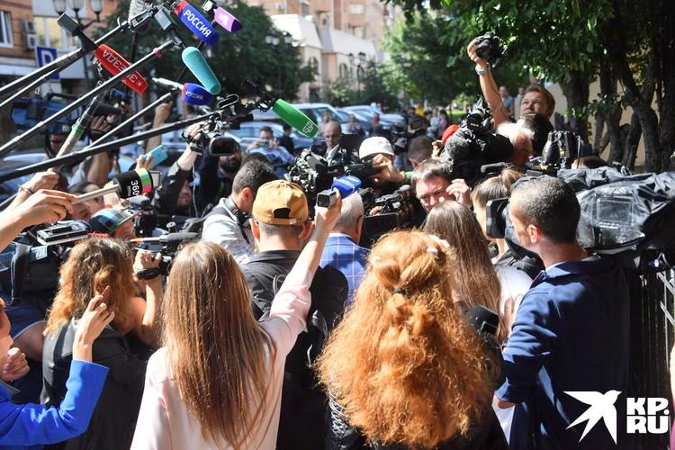 Автомобилю ФСИН с актером пришлось буквально прорываться через толпу, и только чудом никто не пострадал.