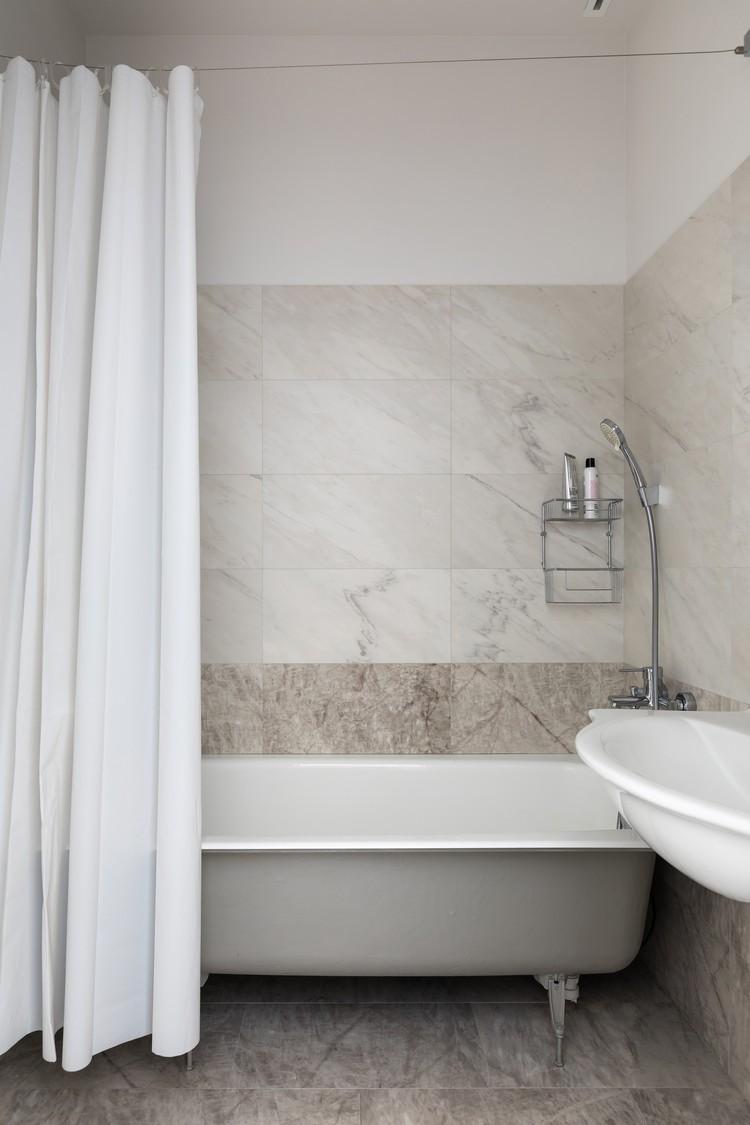Ванная комната выглядит минималистично: ее Антонина освободила от всего лишнего. Фото: Егор ПЯСКОВСКИЙ
