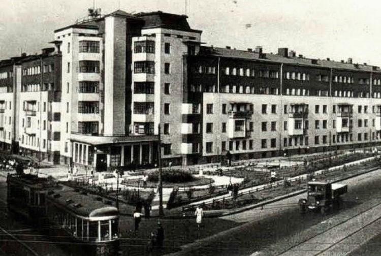 """Г-образный дом, построенный несколько лет назад, мешал строительству Краснохолмского моста, поэтому одну его """"ножку"""" было решено повернуть и передвинуть."""