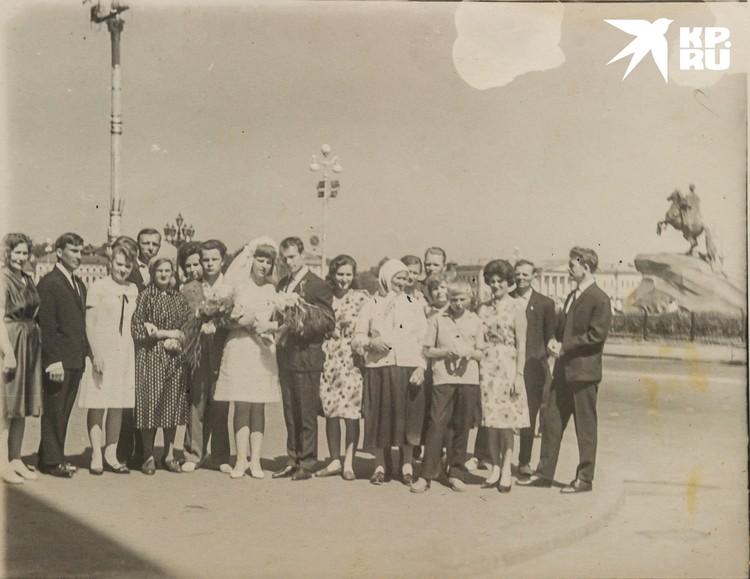 Ольга Арсентьевна на свадьбе дочери в Ленинграде. Пересъемка: Олег Золото