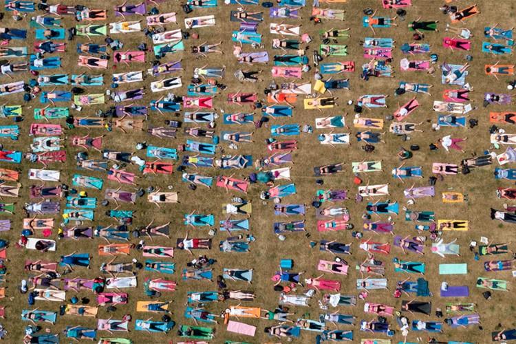 Номинация «Россия с высоты птичьего полета». Занятия йогой в парке. Автор: Михаил Джапаридзе. Место съемки: Москва