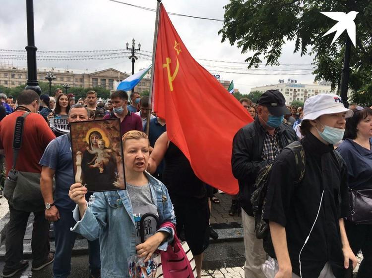 Коммунистическая символика соседствует с иконой