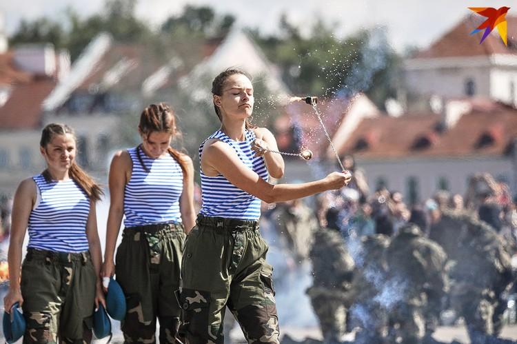 у Дворца спорта минчане и гости столицы могли посмотреть на вооружение и технику сил специальных операций.