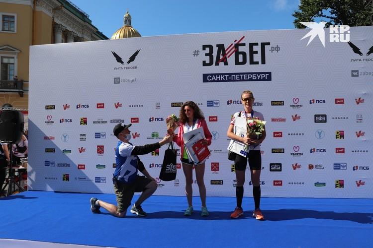 Абсолютные победительницы забега на 10 км: 1-ое место - Мария Кузовлева (слева), 2-е место - Нина Темякова (справа)