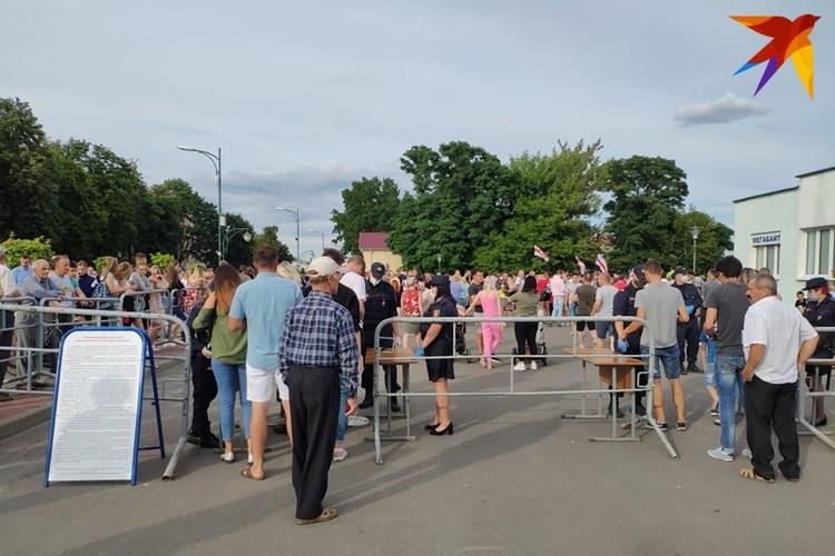 Жители Березы проходили досмотр перед тем, как попасть на митинг.
