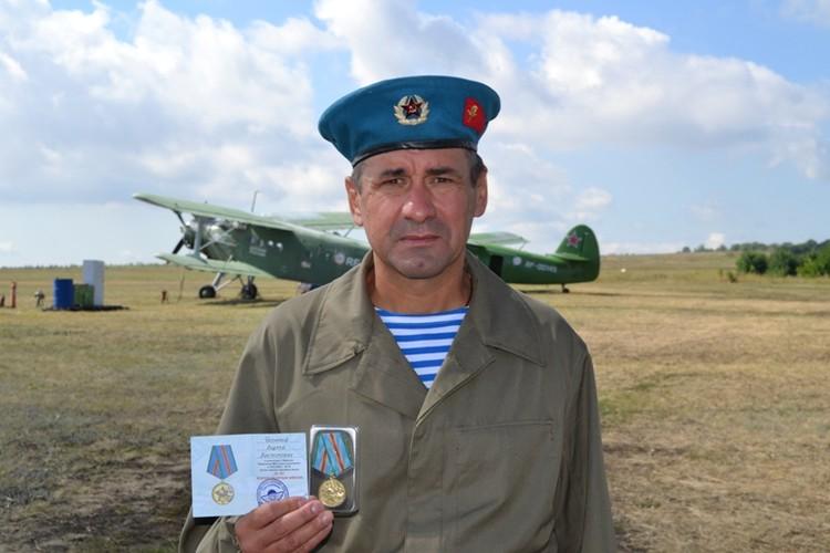 Андрей Чепурной имеет право носить голубой берет, так как сам служил в ВДВ
