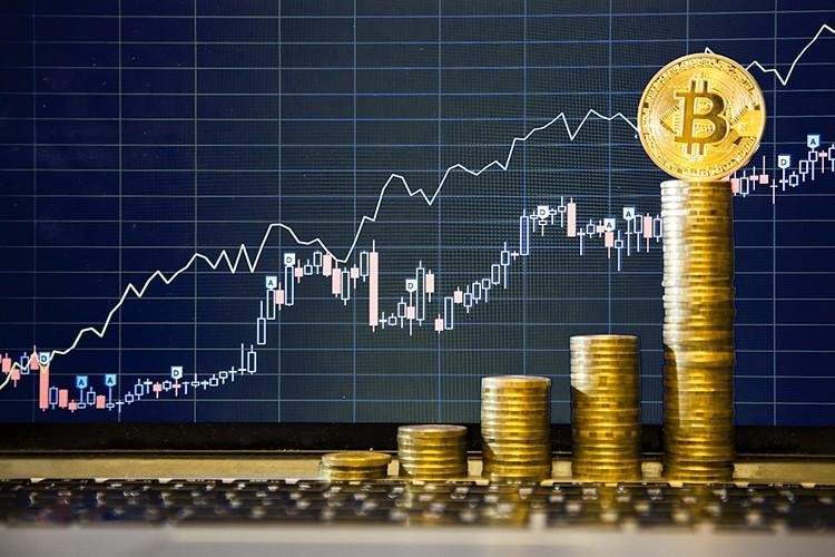 Как и любой спекулятивный товар, курс биткоина и другой криптовалюты определяется спросом и предложением
