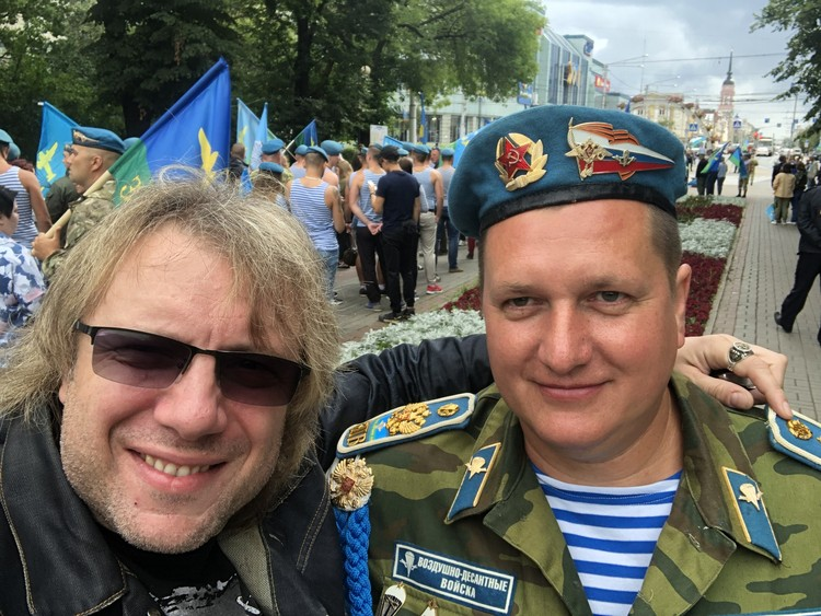 Денис Косякин 2 августа отмечал на улицах Москвы День ВДВ.