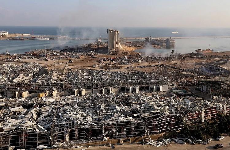 Вид на порт Бейрута после мощного взрыва.