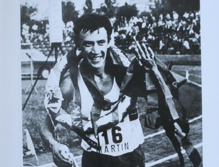 Леонид Мосеев с лавровым венком победителя 25-километрового забега в Чехословакии (1974 год)
