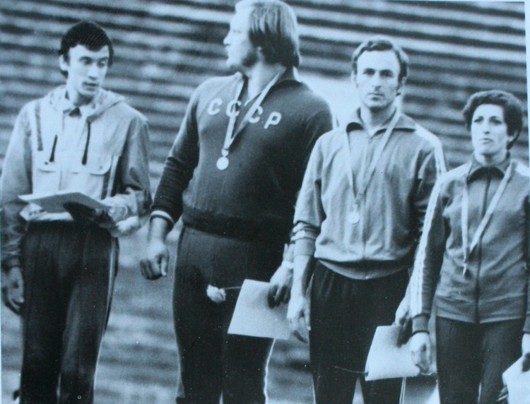 Чемпионы СССР 1977 года (слева-направо): Леонид Мосеев (10 км), Анатолий Ярош (ядро), Валерий Борзов (100 м), Марина Сидирова (400 м). Москва, «Лужники»