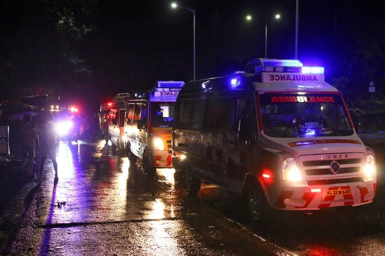 В местной полиции сообщили, что погибли 14 человек, в том числе один из пилотов