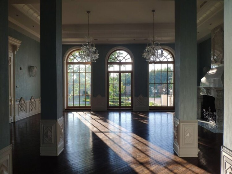 Высоченные потолки, широкие лестницы, огромные хрустальные люстры, большие окна в пол. Фото: Столица С