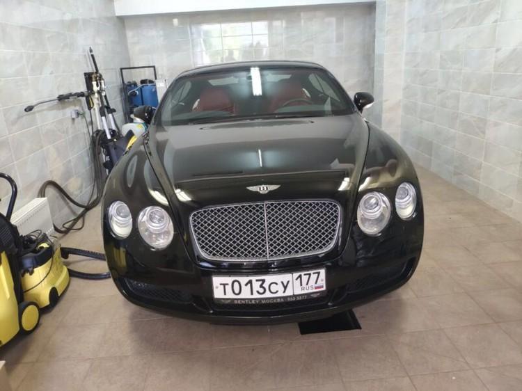 В гараже обнаружены «Мерседес» S-класса (в столичных автосалонах в хорошей комплектации стоит 6-7 млн рублей) и «Бентли Континенталь GT» (7-8 млн). Фото: Столица С