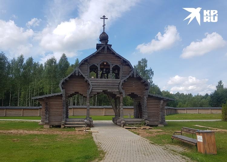 Колокольня и монастырь являются новоделами, но в древнерусском стиле