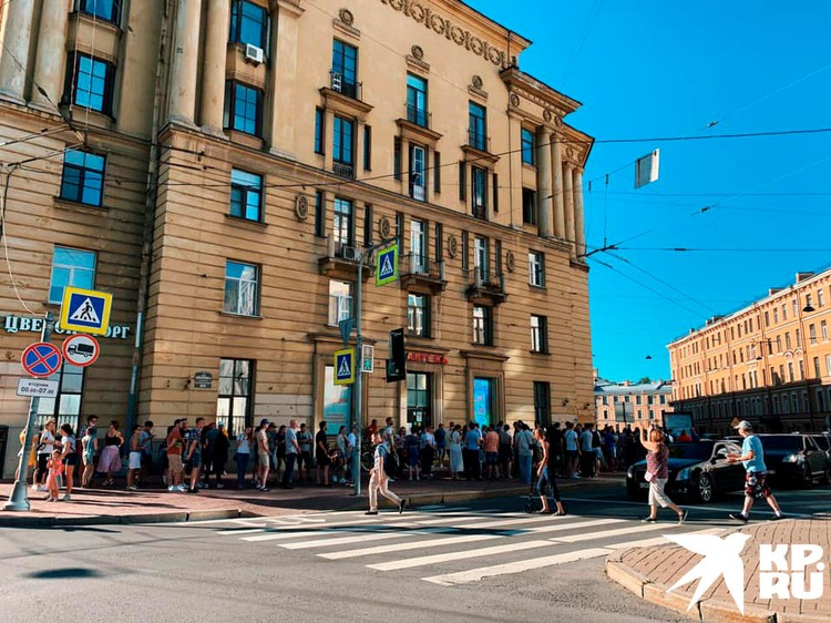 Очередь у посольства Белоруссии в Санкт-Петербурге. Фото: Антон Жданов