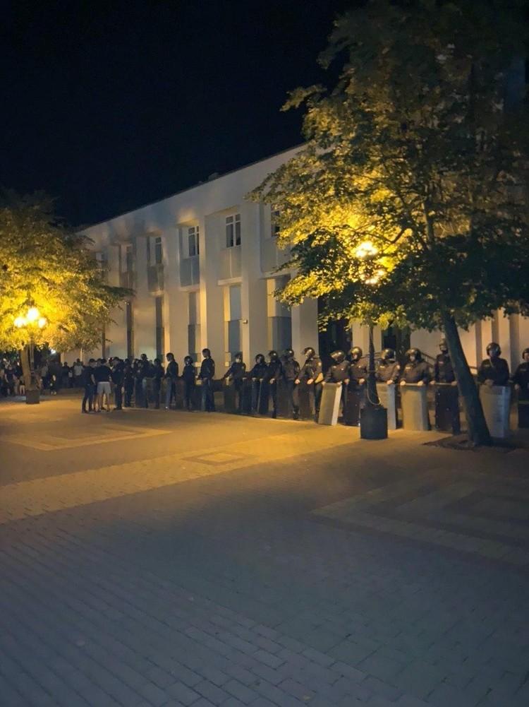 ОМОН встал на сторону протестующих в Кобрине. Фото: Михаил Юшкевич