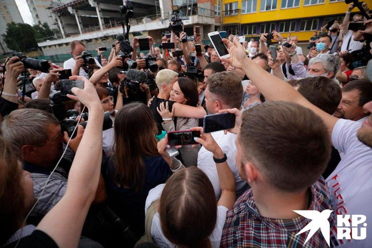 Соратницы поздравляют Тихановскую у избирательного участка
