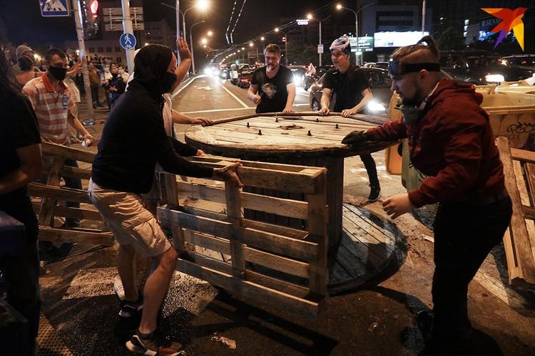 В ночь с понедельника на вторник около у гипермаркета «Рига» были массовые протесты.