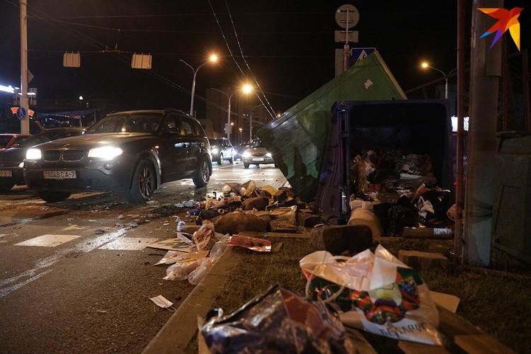 После ночных битв, которые закончились около 2 ночи, осталось множество мусора.