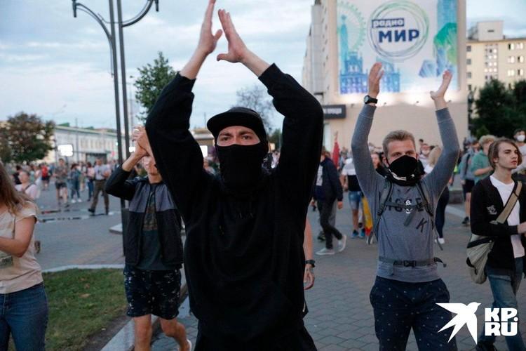 В Минске протестующие быстро адаптируются к новым условиям, передавая друг другу установки по телефону. Сарафанное радио работает не хуже Интернета.