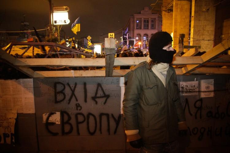 Еще одно украинское ноу-хау. Каких только сооружений не было на Майдане в Киеве. И деревянные сторожевые вышки, и частоколы с копьями, и мешки с песком, и автопокрышки.
